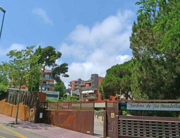 Entrada urbanització apartaments
